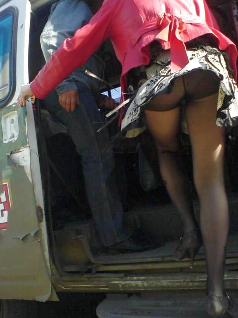 Смотреть под юбку в транспорте 17 фотография